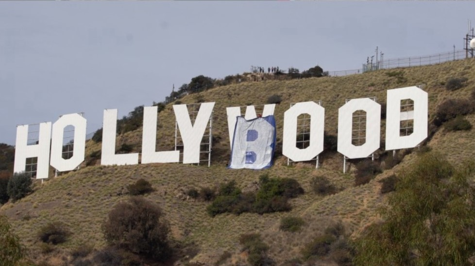 """Modificaron el cartel de Hollywood a """"Hollyboob"""""""