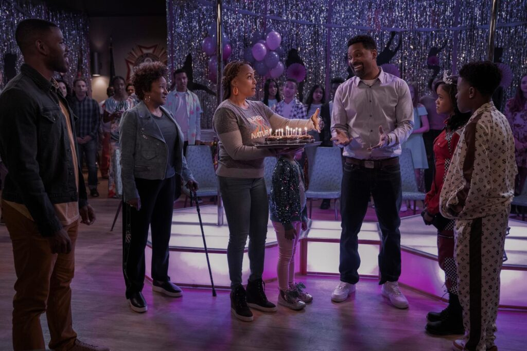 THE UPSHAWS JERMELLE SIMON as BERNARD, WANDA SYKES as LUCRETIA, KIM FIELDS as REGINA, MIKE EPPS as BENNIE, JOURNEY CHRISTINE as MAYA, KHALI SPRAGGINS as AALIYAH, and DIAMOND LYONS as KELVIN in episode 101 of THE UPSHAWS Cr. LARA SOLANKI/NETFLIX
