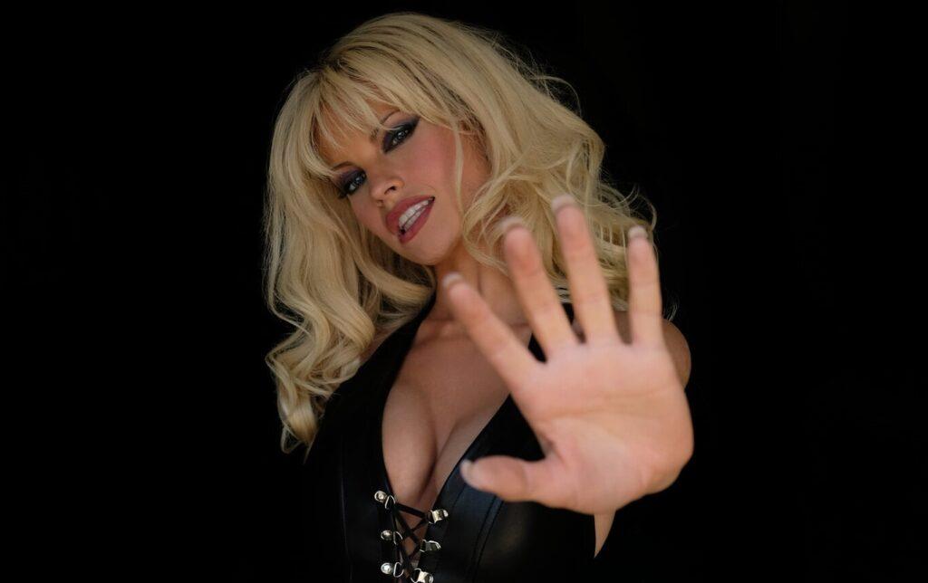 """Pam & Tommy"" Lily James Pamela Anderson"